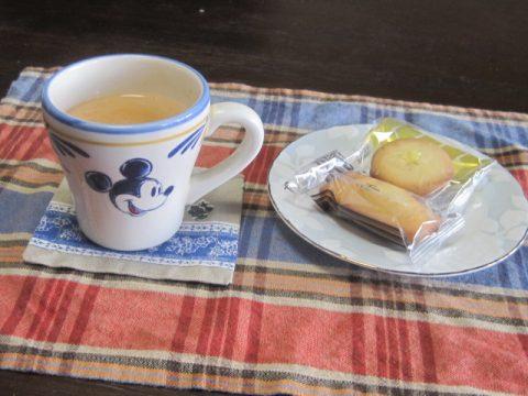 暖かいお茶とお菓子